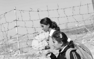Foto UNRWA. Gervasio Sánchez con los refugiados de Palestina (2)